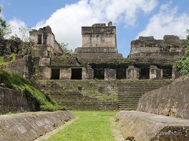 Vuelos a Tikal Acrópolis Central tikal.jpg