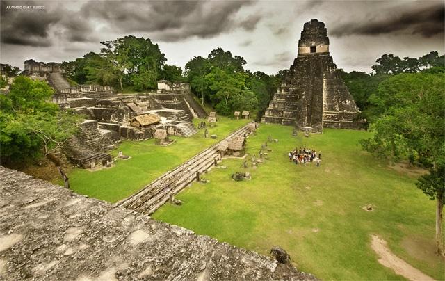 Vuelos a Tikal Plaza Mayor Tikal.jpg