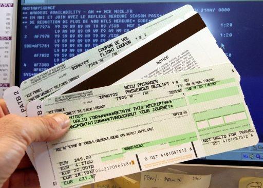vuelos a honduras revisando boletos de avión.jpg
