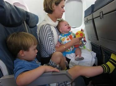 Vuelos a Guatemala niños en avión.jpg