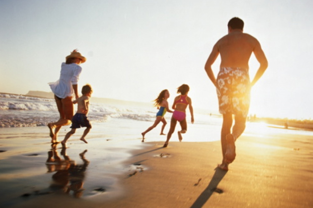 Vuelos a Honduras, familia en la playa.jpg