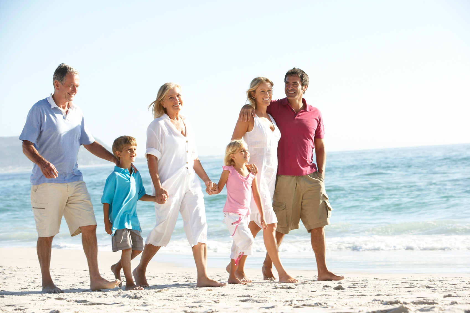 Vuelos a Tikal, Familia unida en la playa.jpg